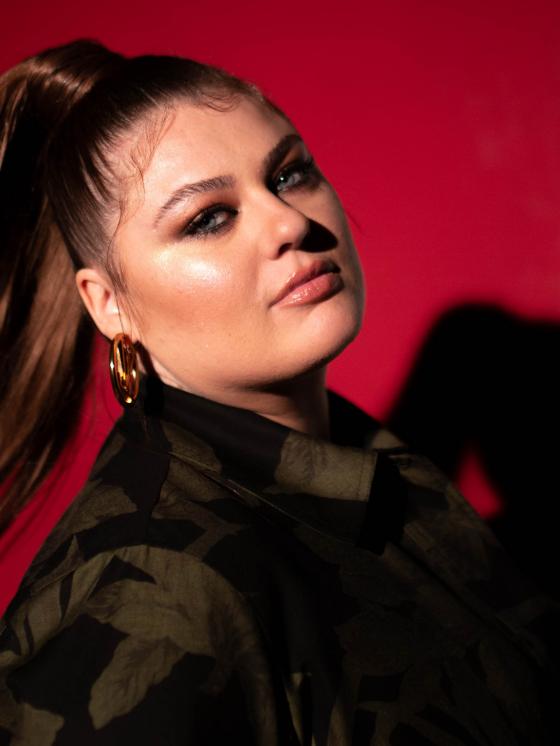 Sängerin Alinas neue Single Überleben